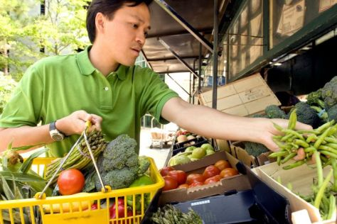 man-shopping-at-a-mobile-produce-market-725x484 PUBLIC DOMAIN